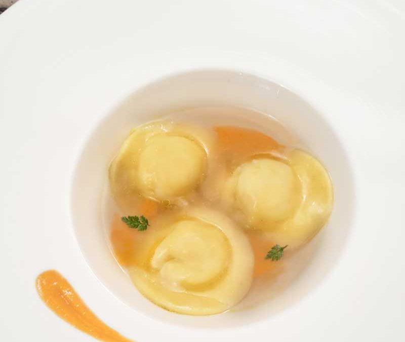 Raviolo Cremoso di Gorgonzola, Brodo di Aringa Affumicata e Maionese di Pomodoro di Adriano Fedi