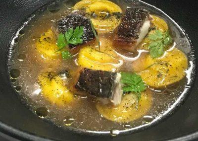 Cappellini al gorgonzola serviti in brodo di alloro e anguilla croccante di Riccardo Maffini