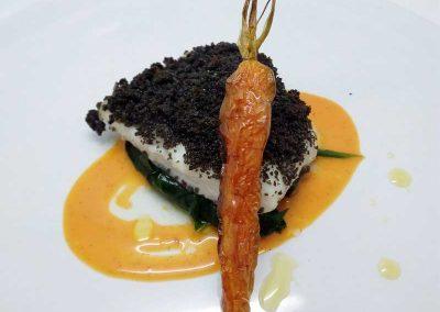 Rombo in crosta di pane al nero di seppia con carote alla vaniglia di Marco Balleri