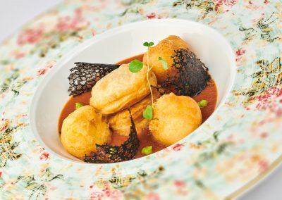 Brodetto di seppia con polenta in tempura e ragu di seppia in pasta sfoglia di Ivan Badi