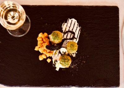 Canederli di storione e crescione d'acqua su chutney di mela verde, panna acida e cavolo nero di Andrea Costa