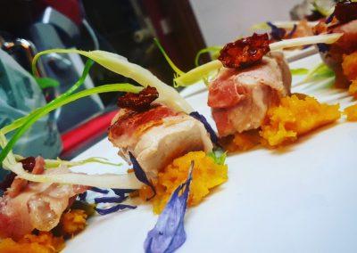Tonno porchettato, crema di zucca, pomodorini confit e puntarelle di Annalisa Panigazzi