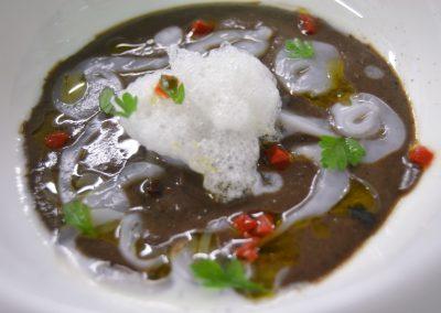 """Messico e nuvole: crema di fagioli neri, cioccolato fondente 75% """"dell'altro mercato"""", crudo di seppia e fonduta di caprino di Mida Muzzolon"""