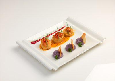 Capesante in potacchio, fiocchi di patate viola e riduzione di melagrana di Christian Falcionelli