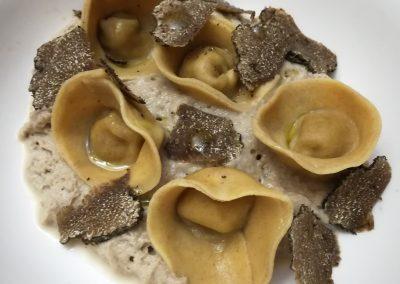 Tortelli di pasta integrale ripieni di quaglia su spuma di funghi shiitake alla soia e tartufo nero di Savignoni Riccardo